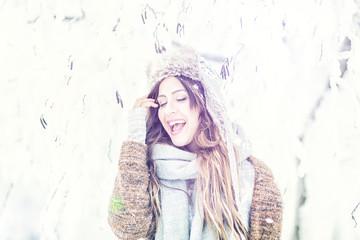 Frau im Winter lachen