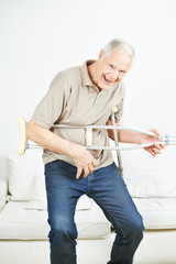 Senior rockt die Luftgitarre auf Krücke