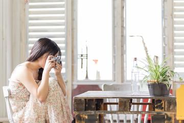 部屋で写真を撮る若く美しい日本人女性