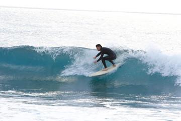 サーフィンする男性(日本人)