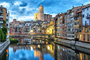 Fototapete - Cathedral and colorful houses in Girona