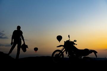 motorsikletli gezginin gündoğumu izleme keyfi