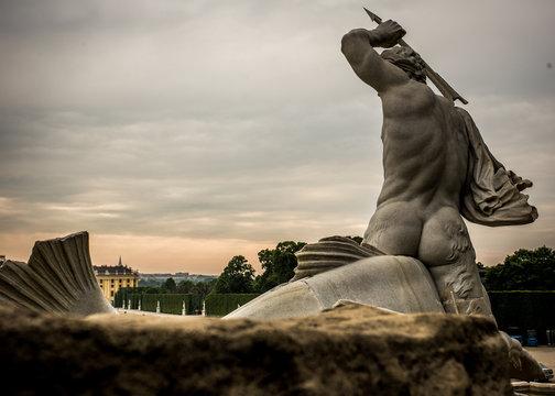 Skulptur des Neptun am Neptunbrunnen im Park zu Schloss Schönbrunn in Österreich, Wien, Vienna