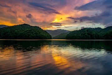 Zelfklevend Fotobehang Diepbruine Mountain lake, scenic sunset, kentucky