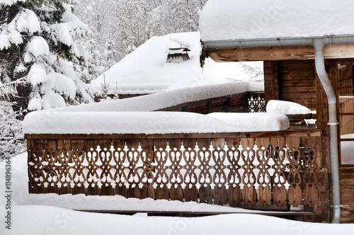 Terrasse en bois d 39 un chalets recouverte de neige imagens e fotos de stock royalty free no - Foto terrasse bois ...
