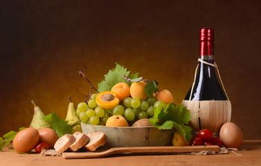 frutta assortita, pane, uova, pomodoro e vino