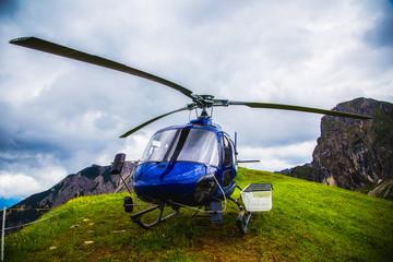 Helikopter auf grüner Wiese in den Bergen