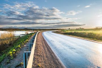 дорога рядом озером