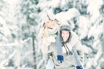 Pärchen im Winterurlaub