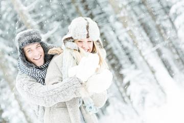 pärchen verliebt im winter