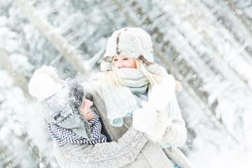 pärchen beim schneeball schießen