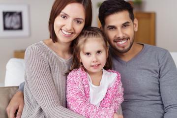 glückliche familie in der wohnung