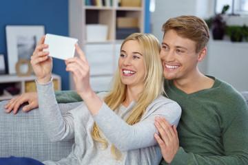lachendes paar macht ein selfie