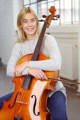 junge frau mit ihrem violoncello