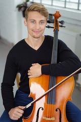 mann mit seinem cello