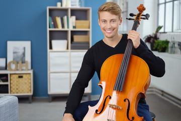mann spielt cello zu hause