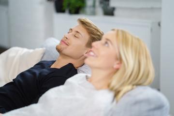 entspanntes paar zu hause