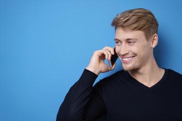 mann telefoniert mit seinem handy