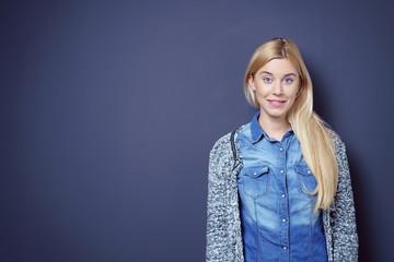 attraktive junge frau mit langen blonden haaren