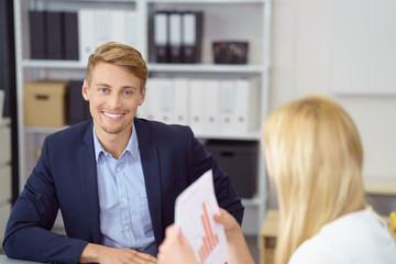 erfolgreicher junger mann in einer besprechung am arbeitsplatz