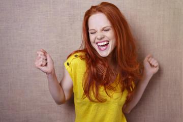 lachende frau tanzt vor freude