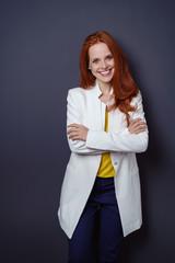 lächelnde frau im business-outfit