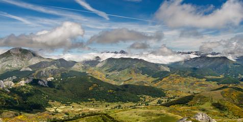 Vista del valle y Peña Ten desde el Macizo de Mampodre, León.