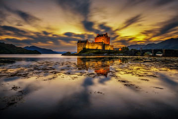 Autocollant pour porte Chateau Sunset over Eilean Donan Castle in Scotland