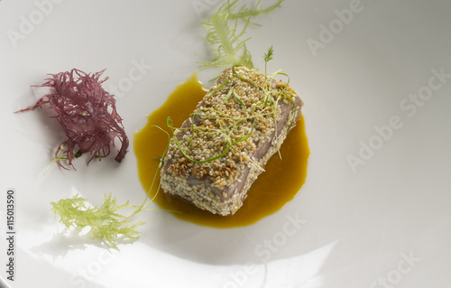"Sesame tuna, ginger miso broth, seaweed "" Fotos de archivo e ..."