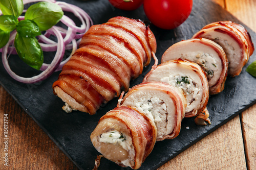 """chicken breast stuffed feta cheese and herbs wrapped in bacon"""" Fotos ..."""