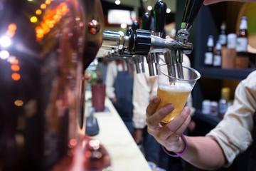 Spoed Foto op Canvas Bartender pouring beer