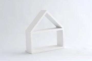 白い家の模型./木製のフレームで出来た模型です.