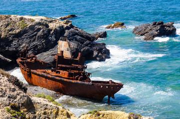 Schiffswrack an der Küste in Portugal