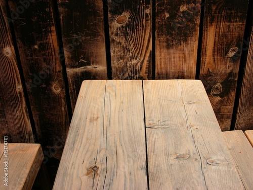 Patina Holz tisch und bänke aus rustikalem hellen holz mit astlöchern und patina