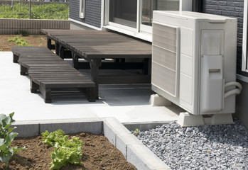 住宅 戸建て住宅のウッドデッキ イメージ 施工例 木製 エアコン室外機あり