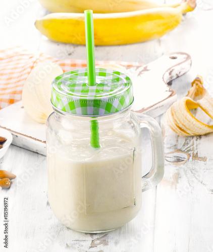 """Healthy Banana smoothie on white wooden table."""" Imagens e fotos de ..."""