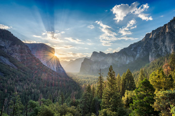 Sunrise at the tunnel View vista point at Yosemite National Park Fototapete