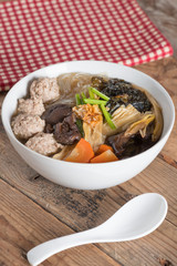 Clear soup with bean curd and minced pork. (Gaeng Jued Woon Sen)