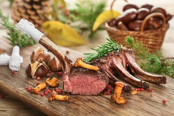 Hirschkarree scharf angebraten auf rustikalem Küchenbrett