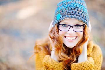 hübsche rothaarige Frau mit Brille