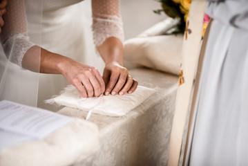 sposa prende anello nuziale