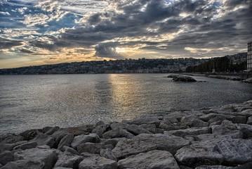 Napoli miasto położone w południowych Włoszech, w centrum Zatoki Neapolitańskiej. Stolica regionu Kampania oraz Prowincji Neapol. Miasto położone jest u podnóża Wezuwiusza.