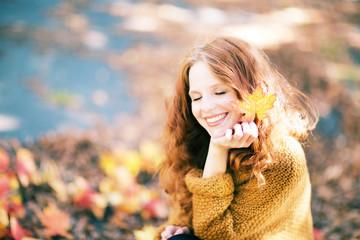 schöne gesunde Frau im Herbst