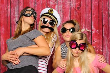 Junge Mädchen mit lustigen Brillen haben Spaß mit einer Fotobox - Photo Booth Party