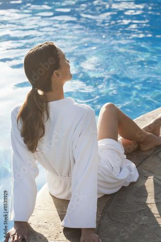 Femme en peignoir au bord d 39 une piscine fotos de archivo for Peignoir piscine