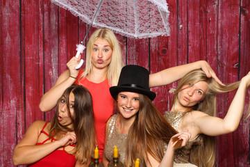 Junge Frauen machen Party und albern herum - Fotobox Party