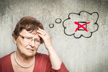 Alte Frau denkt an Checkbox