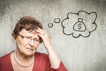 Alte Frau denkt an Geld