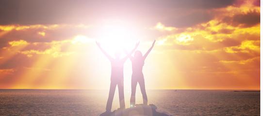 Mann und Frau bei Sonnenuntergang