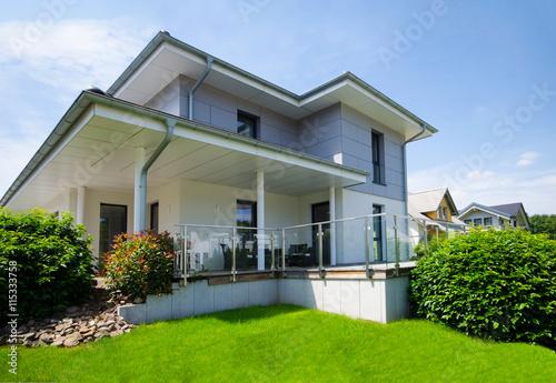 einfamilienhaus mit garten stockfotos und lizenzfreie bilder auf bild 115333758. Black Bedroom Furniture Sets. Home Design Ideas